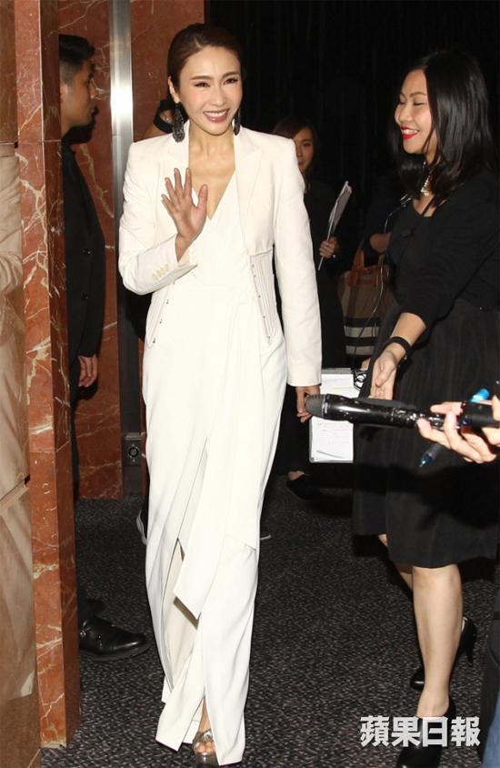 Lê Tư tham dự sự kiện do một tạp chí tổ chức tối 2/11. Cựu diễn viên TVB diện trang phục trắng thanh lịch, gương mặt trang điểm sắc nét. Từ một diễn viên, Lê Tư giờ đây đã trở thành bà chủ của một tập đoàn mỹ phẩm lớn, được đồng nghiệp và bạn bè rất ngưỡng mộ. Cô cũng có cuộc sống rất hạnh phúc bên chồng và ba cô con gái.