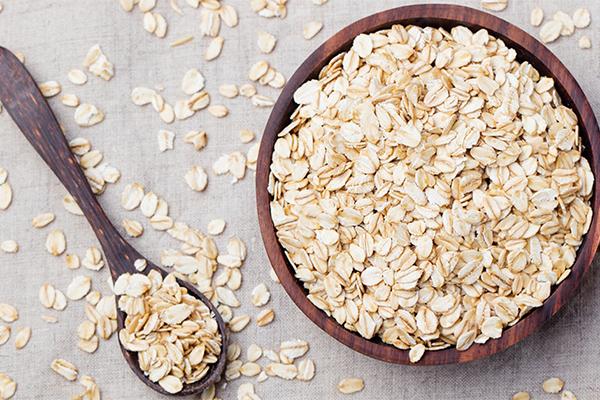 Yến mạch là loại siêu thực phẩm giàu protein, ít béo lại nhiều chất xơ hòa tan. Bạn có thể dùng yến mạch để nấu cháo hoặc trộn cùng sữa tươi không đường để dùng cho bữa sáng.