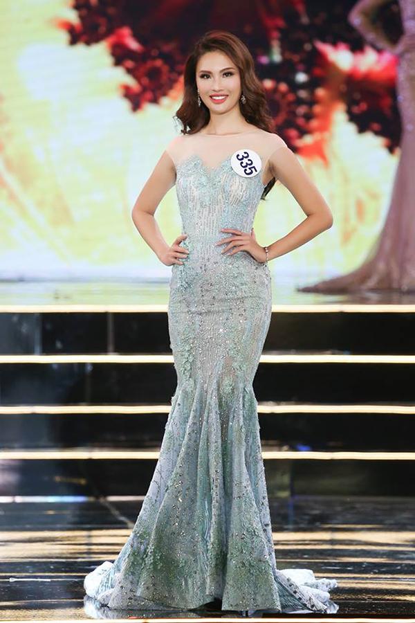 Top 70 tiếp tục bước vào phần thi thứ hai trong đêm bán kết là trình diễn trang phục dạ hội.