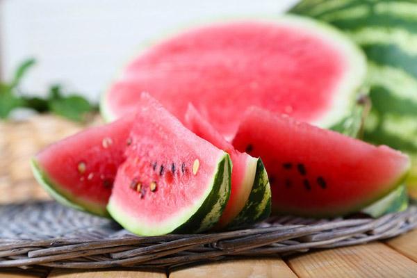Dưa hấu chứa 95% là nước, hầu như không có calories, vừa giúp no lâu, vừa làm đẹp da hiệu quả.