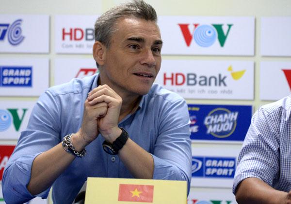 HLV Miguel Rodrigo nhận lỗi về mình. Ảnh: HK.