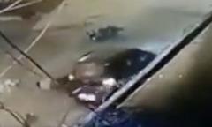 Cảnh sát bị ôtô tông, người qua đường bỏ mặc đến chết
