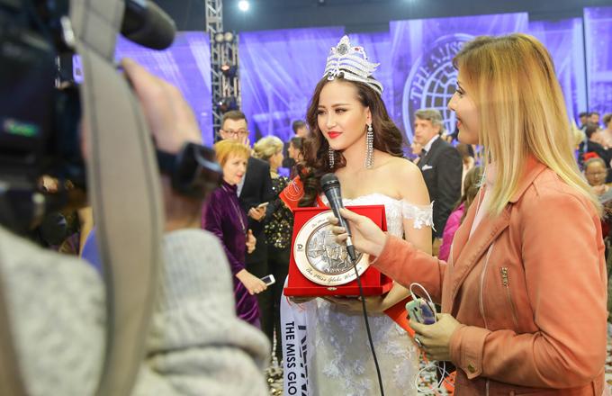 Khánh Ngân được truyền thông vây quanh sau khi giành vương miên Miss Globe 2017.
