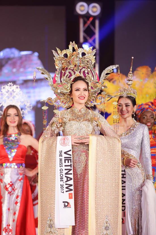 khanh-ngan-xuc-dong-trong-thoi-khac-duoc-xuong-ten-miss-globe-2017-9