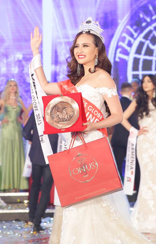 khanh-ngan-xuc-dong-trong-thoi-khac-duoc-xuong-ten-miss-globe-2017-6