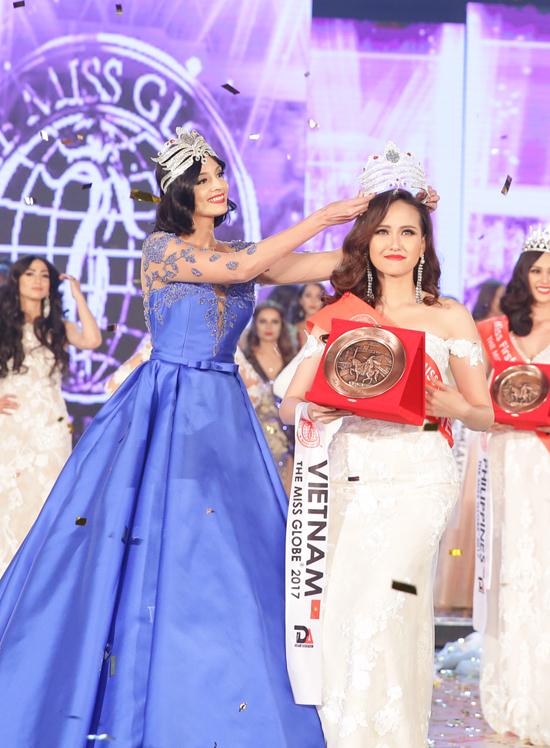 khanh-ngan-xuc-dong-trong-thoi-khac-duoc-xuong-ten-miss-globe-2017-5