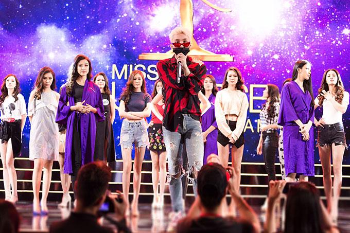 Chiều ngày 3/11, Sơn Tùng M-TP đáp chuyến bay đến Diamond Bay, nơi diễn ra đêm bán kết chương trình Hoa hậu Hoàn vũ Việt Nam 2017. Ngay khi vừa xuất hiện tại sân khấu để tổng duyệt, giọng ca Lạc trôi khiến các cô gái của Top 70 phấn khích.