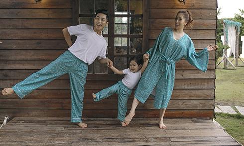Vợ chồng Khánh Thi mặc đồ ngủ ton-sur-ton với con trai