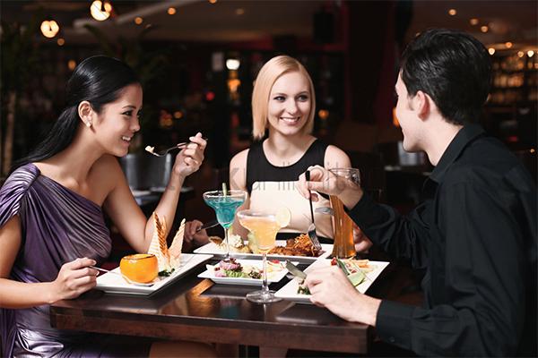 Đi ăn cùng bạn bè