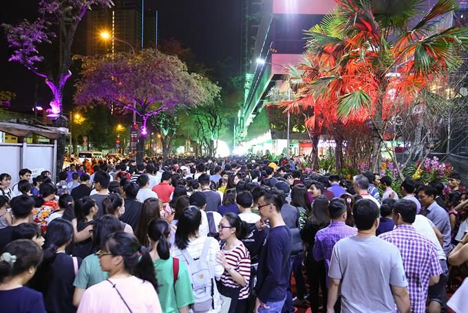 man-nhan-voi-dem-trinh-dien-nghe-thuat-taithe-garden-mall-8