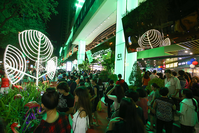 man-nhan-voi-dem-trinh-dien-nghe-thuat-taithe-garden-mall-7