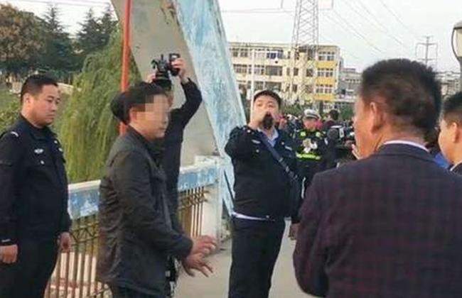 Cảnh sát có mặt tại hiện trường để xử lý vụ việc.