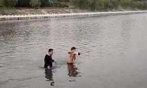 Bé 7 tuần tuổi bị người lạ ném xuống sông khi đi dạo với mẹ