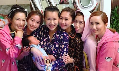 Hồ Hạnh Nhi đón tuổi mới bên bạn bè, chồng con