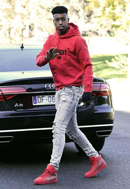 Presenel Kimpembe ton sur ton áo khoác và giày đỏ.