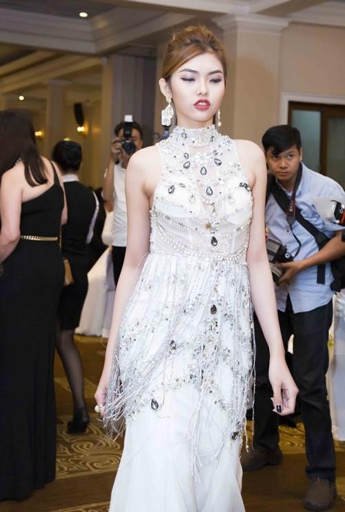 Phom dáng chủ yếu trong bộ sưu tập là dạng váy đuôi cá. Mai Phương Trang đính kết cườm đá đối xứng, tôn lên sự trang trọng của thiết kế.