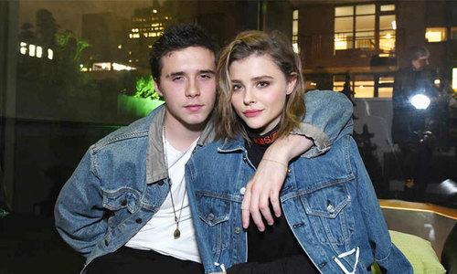 Brooklyn và bạn gái mặc đồ đôi đi dự sự kiện cùng nhau