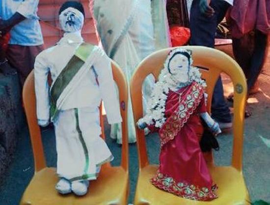 Hình nộm của cô dâu Sukanya và chú rể Ramesh trong đám cưới ma. Ảnh: CEN