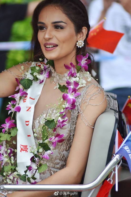 do-my-linh-va-cac-thi-sinh-miss-world-long-lay-tren-duong-pho-tam-a-10