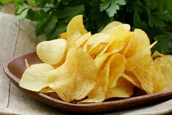 Snack khoai tây là món ăn vặt khoái khẩu của nhiều người song tuyệt đối không nên ăn sau 7 giờ tối. Snack khoai tây chứa nhiều muối, chất béo, hàm lượng calories cao, có thể khiến bạn tăng cân nếu ăn nhiều.