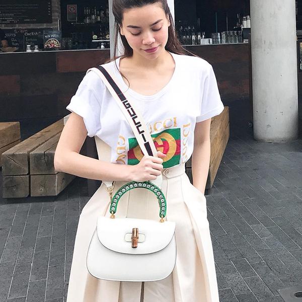 Những mẫu áo thun trắng phom dáng đơn giản và được trang trí logo của Gucci có giá hơn 10 triệu đồng nhưng