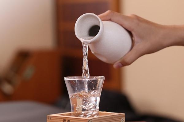 Uống rượu vào buổi tối cũng gây ảnh hưởng không nhỏ tới cân nặng của bạn.