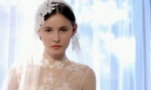 9 cách biến tấu bộ váy cưới trơn với các phụ kiện độc đáo