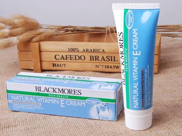 Blackmores Natural Vitamin E Cream có thành phần từ vitamin E tự nhiên, dầu bơ, dầu hạt mơ, dầu hạt hướng dương, vitamin E, vitamin A và nhiều chất dưỡng ẩm khác. Loại kem này có công dụng dưỡng ẩm, ngăn chặn tình trạng mất nước trên da, nuôi dưỡng làn da mịn màng đồng thời hỗ trợ làm mờ vết thâm, chống lão hóa. Trong kem không chứa hương liệu hay phẩm màu nhân tạo, có thể sử dụng được cả với làn da nhạy cảm hay phụ nữ có thai.