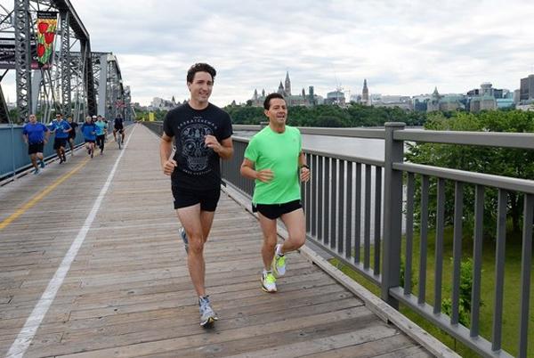 Ngoài tập quyền Anh, ông còn rất thích chạy bộ. Bức ảnh trên chụp vào tháng 6 năm ngoái, Vào tháng Sáu năm ngoái, Trudeau đã sử dụng một thời gian ngắn trong Hội nghị Thượng đỉnh Các Nhà Lãnh đạo Bắc Mỹ để tung ra những bộ quần short chạy bằng sùi dừa có uy tính và đi bộ một cách thân thiện với Tổng thống Mexico Enrique Peña Nieto qua các đường phố Ottawa.
