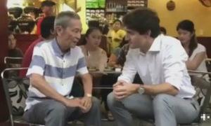 Thủ tướng Canada thưởng thức cà phê sữa ở vỉa hè Sài Gòn