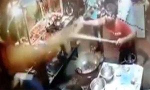 Phàn nàn về đồ ăn, thực khách bị đầu bếp hất dầu sôi vào người