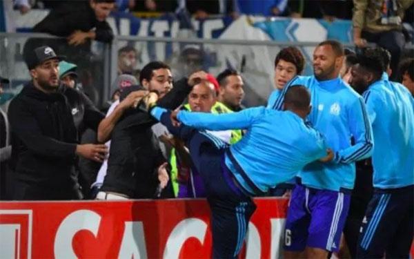 Evra nhận án phạt nặng sau sự cố đạp fan hôm 3/11. Ảnh: Telegraph.