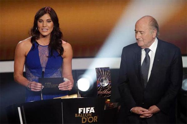 Thủ môn Hope Solo và cựu chủ tịch Sepp Blatter tại lễ trao giải Quả bóng vàng 2013.
