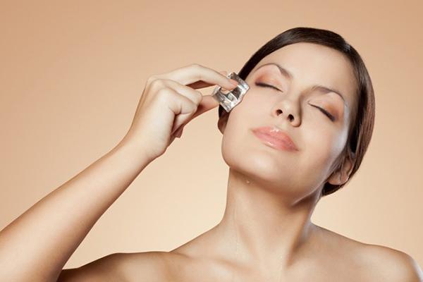 Massage da với đá lạnh vừa giảm mỡ vừa làm săn chắc da.