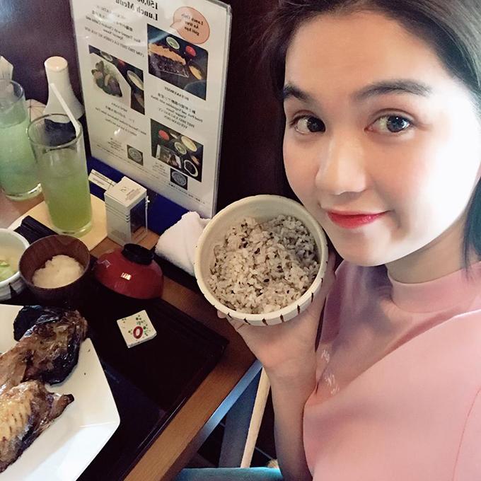 Ngọc Trinh tự tin để mặt mộc đi ăn nhà hàng. Thời gian này, cô nàng đang bận rộn với chuyện học hành nên ít cập nhật Facebook.