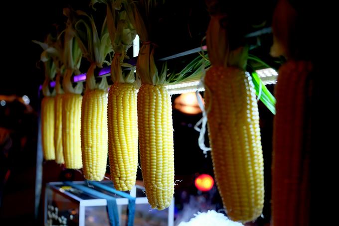 Đủ món hàng rong đêm dọc phố biển Nha Trang