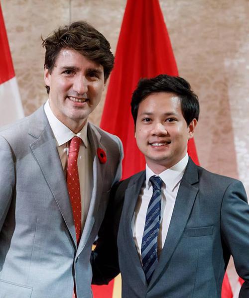 Doanh nhân Tín Nguyễn khoe ảnh chụp cùng Thủ tướng Justin Trudeau với lời bình luận: Thứ hai đầu tuần vợ nhìn hình khen đẹp trai, nhưng biết chắc không phải khen mình.