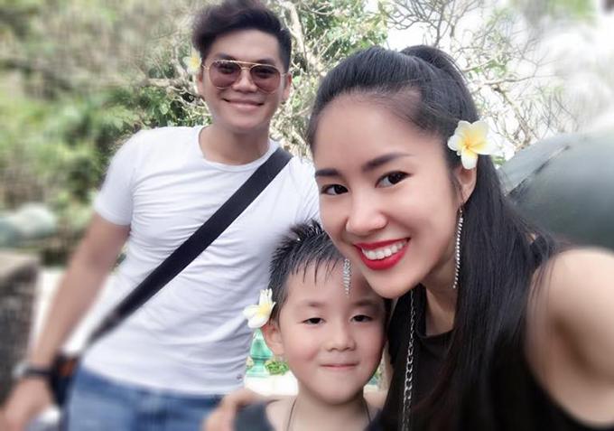 Cả gia đình Lê Phương cùng nhau đi du lịch, leo núi.