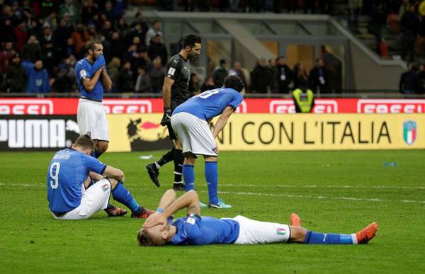 Các tuyển thủ Italy buồn bã, nằm