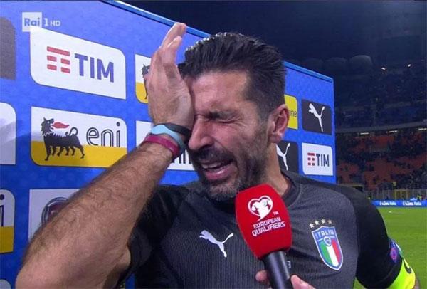 Gianlugi Buffon không giấu được những giọt nước mắt nuối tiếc và thất vọng