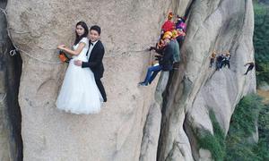 Cặp đôi leo lên vách núi đá cao 100 m chụp ảnh cưới