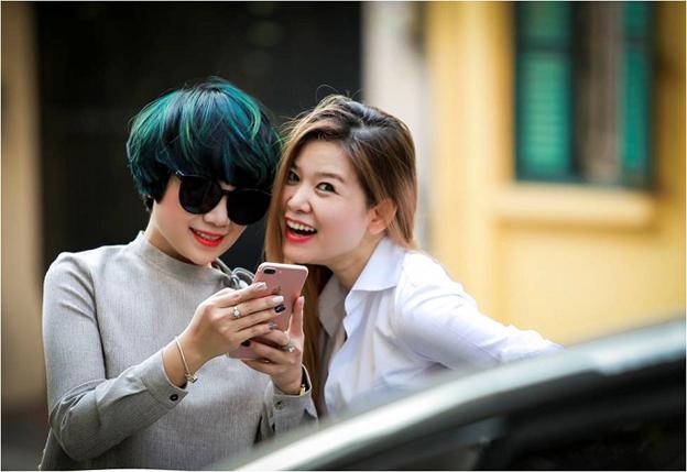 Ngọc Khuê cá tính với tóc ngắn nhuộm highlight gam xanh huyền bí bên nhà tạo mẫu tóc Minh Phương.