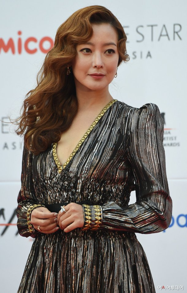 kim-hee-sun-khoe-sac-tren-tham-do-asian-artist-awards-1