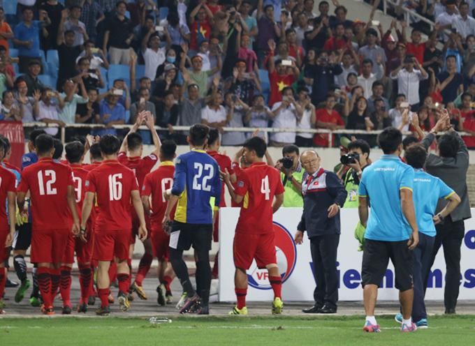hlv-park-hang-seo-dan-hoc-tro-di-vong-quanh-san-cam-on-cdv-4