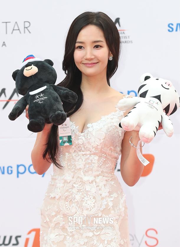 Park Min Young xinh đẹp và gợi cảm trong chiếc váy hở ngực.