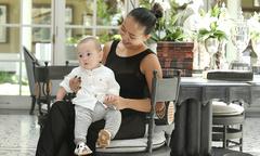 Con trai Thảo Trang 'xấu lạ' thích thú khi được mẹ massage