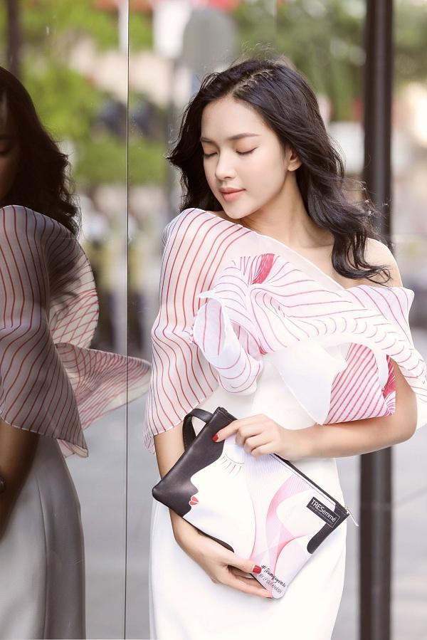 Vẻ đẹp đậm chất Á Đông của Châu Bùi và họa tiết người phụ nữ với mái tóc dài bí ẩn trên túi xách Gibi như hòa quyện vào nhau, tạo nên những bức hình street style ấn tượng.