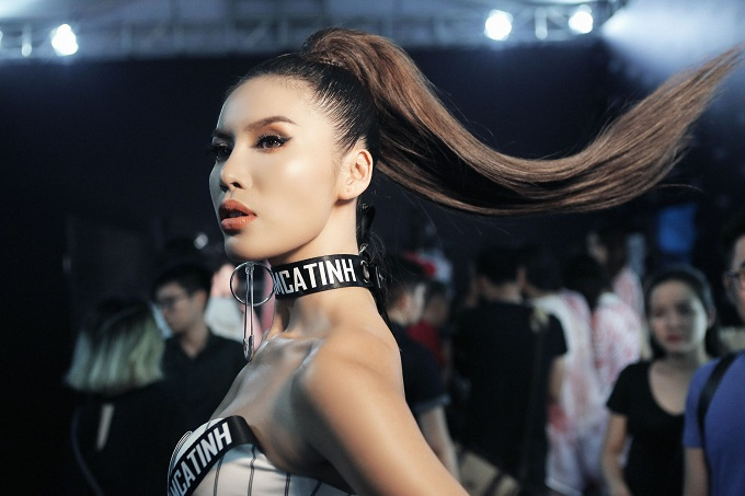 Mái tóc cột cao kiểu đuôi ngựa vào nếp chuẩn salon tại nhà của Minh Tú cũng trở thành nguồn cảm hứng làm đẹp cho nhiều mỹ nhân Việt.