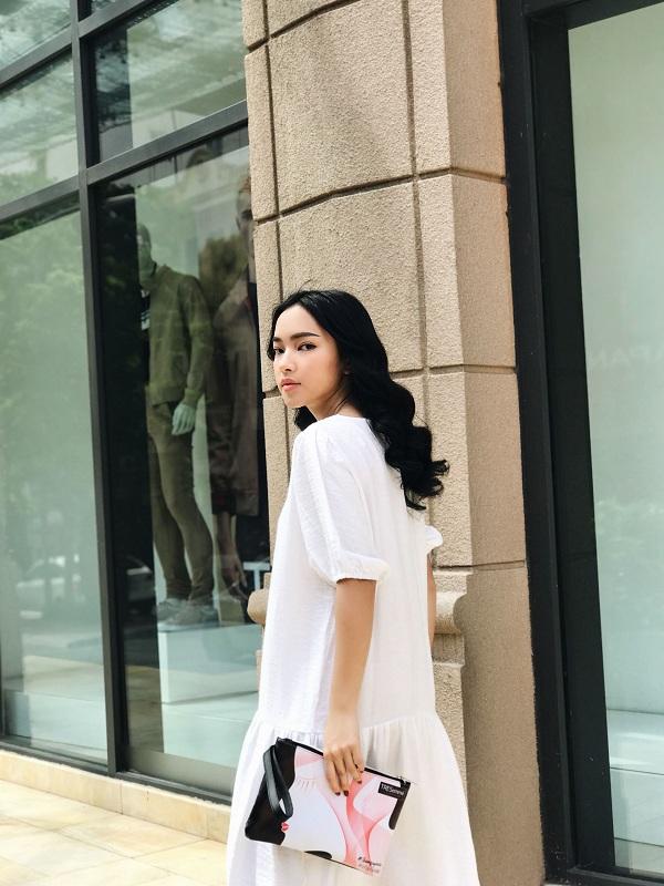 Châu Bùi thường xuyên xuất hiện gần đây với mái tóc vào nếp chuẩn salon tại nhà. Suối tóc đen tuyền chẻ ngôi giữa của cô nàng như tái hiện lại họa tiết trên túi xách Gibi - món phụ kiện được Châu Bùi yêu thích.