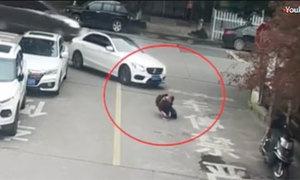 Cậu bé thoát chết nhờ chiếc cặp sách khi bị ôtô cán